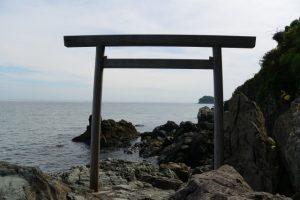 潜島の鳥居(神前海岸)