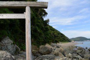 潜島の鳥居をくぐってからの振り返り(神前海岸)