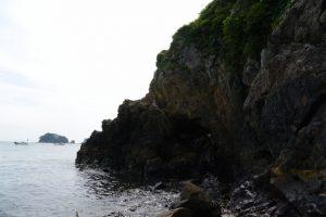 注連縄が切れた状態の潜島(神前海岸)