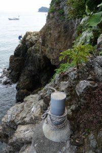 切れた状態の潜島の注連縄(神前海岸)