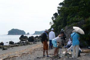 松下区長 大西さんによる潜島の注連縄張り替えの説明