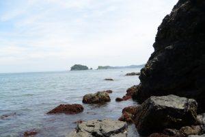 潜島をくぐった先に望む飛島