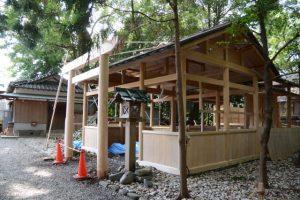 昨日に建てられた拝殿前の鳥居、上社(伊勢市辻久留)