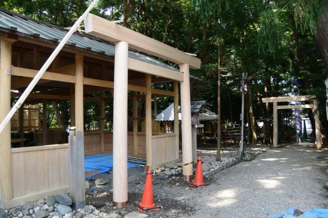 昨日に建てられた鳥居、上社(伊勢市辻久留)