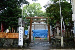 鳥居の洗い作業を終えて正面の参道が開放された今社(伊勢市宮町)