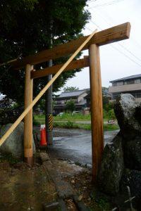 北側の鳥居は修繕、上社(伊勢市辻久留)