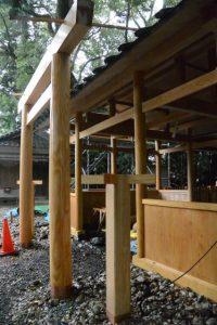 拝殿前に建て替えられた常夜燈の柱、上社(伊勢市辻久留)