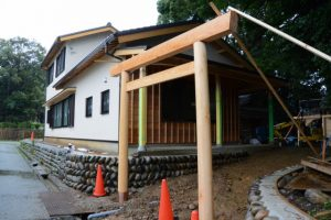 建て替えられた社務所脇の鳥居、上社(伊勢市辻久留)