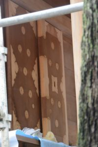 洗い、修繕された本殿の御扉、今社(伊勢市宮町)