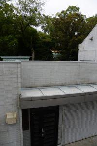 宮町交差点付近の歩道橋上から遠望した今社本殿の屋根(伊勢市宮町)