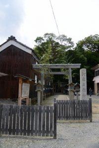 河邊七種神社の参道に設置された忌竹と注連縄(伊勢市河崎)