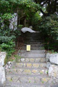 「関係者以外立入禁止」となっていた駐車場から大水神社への階段
