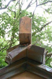 拝殿の屋根に使われる古材、上社(伊勢市辻久留)