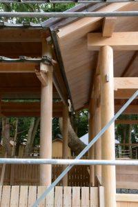 屋根の修繕が大詰めな拝殿、上社(伊勢市辻久留)