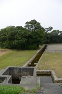 御塩樋管から御塩浜へ引き込まれる五十鈴川の水
