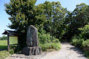 花房志摩守供養碑の説明板付近(伊勢市二見町西)
