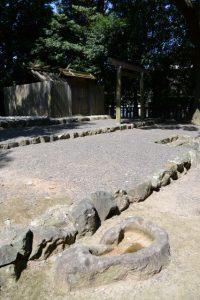 到る所に盃状穴がある清野井庭神社(豊受大神宮 摂社)