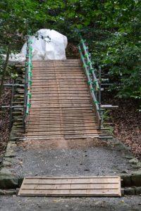 津長神社への石階(参道)に設置されている仮設の作業路