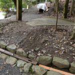 饗土橋姫神社付近の溝を埋め段差を無くす角材