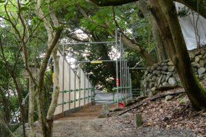 大水神社への石階(参道)に設置されている仮設の作業路