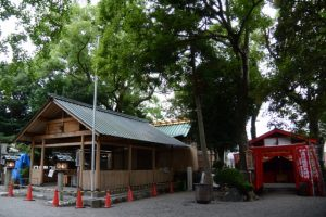 修繕中である今社の拝殿・本殿と假殿となっている清川稲荷大明神