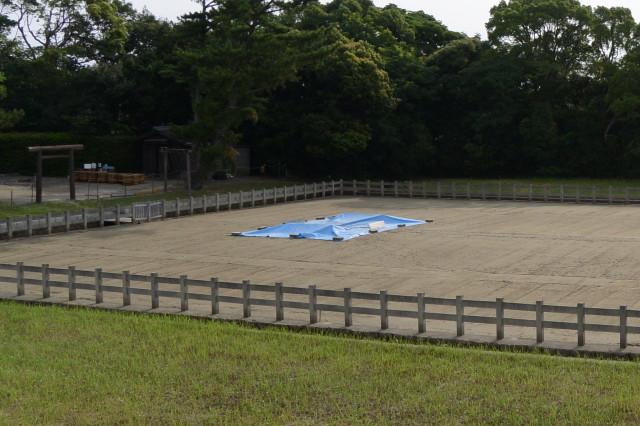 沼井にはブルーシートが掛けられている御塩浜(伊勢市二見町西)