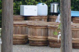 並べられている鹹水を溜めるための樽、御塩浜(伊勢市二見町西)