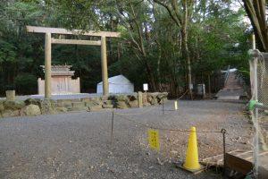 饗土橋姫神社と関係者以外立入禁止となっている津長神社への参道