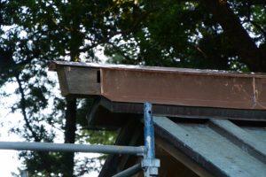 拝殿の屋根に設置された神宮の古材にも銅板が張られた上社(伊勢市辻久留)