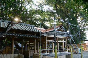 拝殿に増設された屋根にも銅板が張られた上社(伊勢市辻久留)
