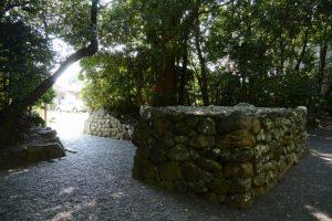 草奈伎神社、大間国生神社の社域に立つ石の蕃塀