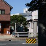 茜社の参道入口から望む豊川の流れ方向