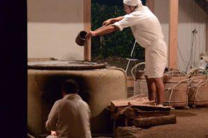 御塩焼所での荒塩の焚き上げ作業(御塩焼き)