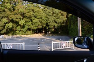 タクシー駐車場越しに望む饗土橋姫神社(皇大神宮 所管社)方向