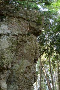山崎の大岩の近くで下久具の町を見守る岩