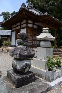 通海を供養した五輪塔(蓮華寺)