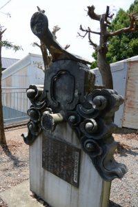 薬師堂建立沿革の説明板とともに展示されている鬼瓦