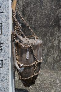 お頭神事芋納所の石柱に掛けられている芋