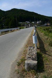 道路脇に転がされている旧五里山橋の親柱