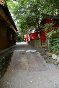 伊勢上座蛭子社への参道の階段に置かれた敷鉄板、坂社(伊勢市八日市場町)
