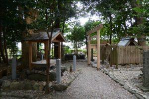 四隅に石柱が建てられた山ノ神の敷地、上社(伊勢市辻久留)