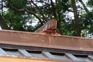 端部の修繕を終えた拝殿の屋根、上社(伊勢市辻久留)