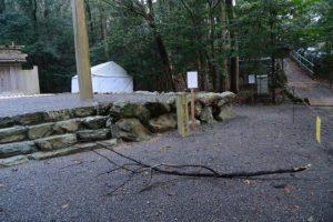 強風で折れた枝が横たわる饗土橋姫神社(皇大神宮 所管社)付近