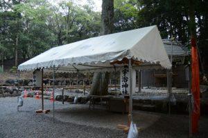 大祭準備のため仮殿の拝所に立てられた高張提灯、宇治神社(伊勢市宇治今在家町)