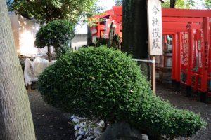 假殿である清川稲荷大明神の前にある植栽、今社(伊勢市宮町)