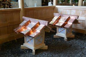 拝殿の下に準備されていた新しい常夜燈の上部、上社(伊勢市辻久留)