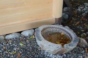 拝殿前の蕃塀付近に戻された手水石、上社(伊勢市辻久留)