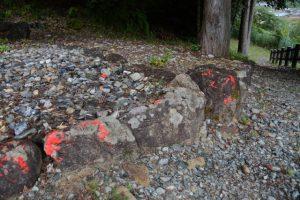 祠や鳥居を塗り替えたペンキの跡(多気郡大台町薗)