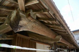根元までを使用した15mの軒桁(長谷川宅)