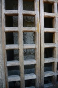 不動明王のような石像を納める庚申塔(県道22号沿い)